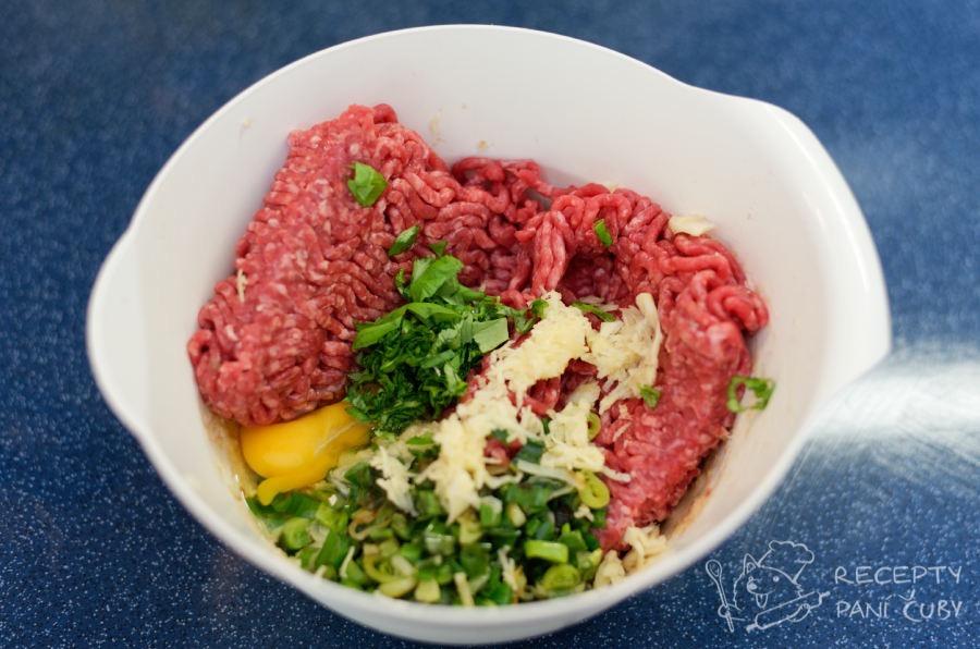 Masové kuličky ve smetanovo-hořčičné omáčce - maso smícháme se všemi ingrediencemi na kuličky