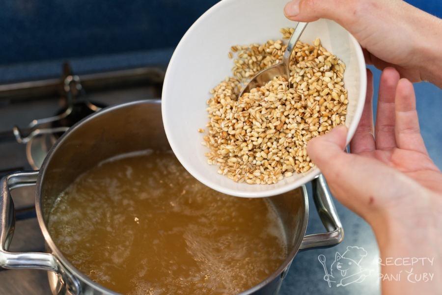 Uzená polévka s kroupami - propláchlé kroupy necháme asi 30 minut vařit do měkka