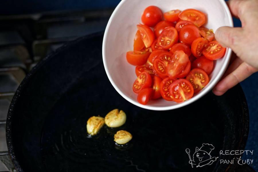 Špagety s rajčaty - přidáme nakrájená rajčátka