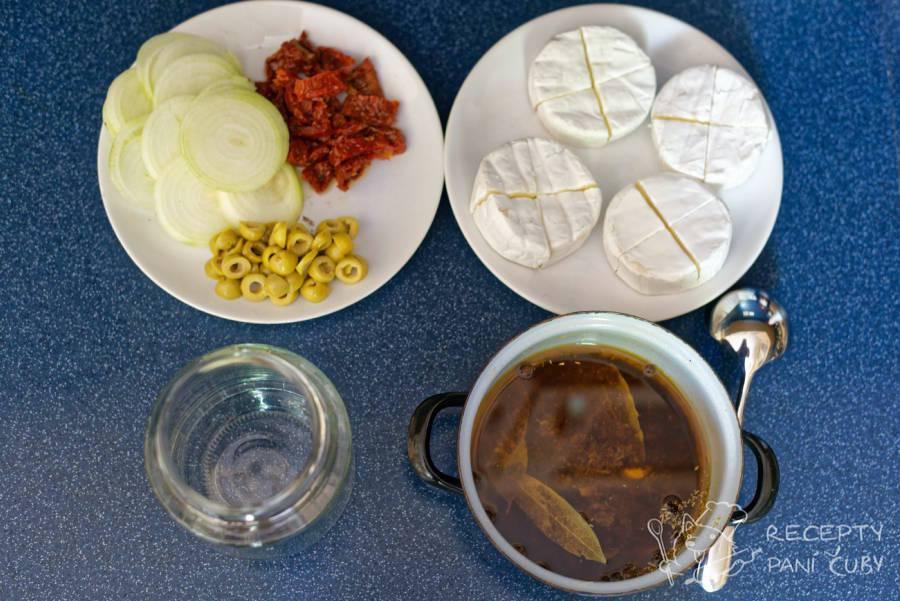 Nakládaný hermelín s olivami a sušenými rajčaty - nakrájíme co jen jde