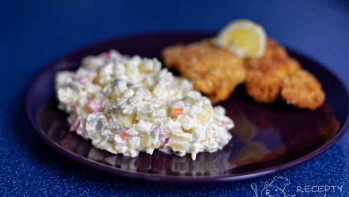 Klasický bramborový salát - podáváme s řízečkem nebo čimkoliv, co uznáte za vhodné