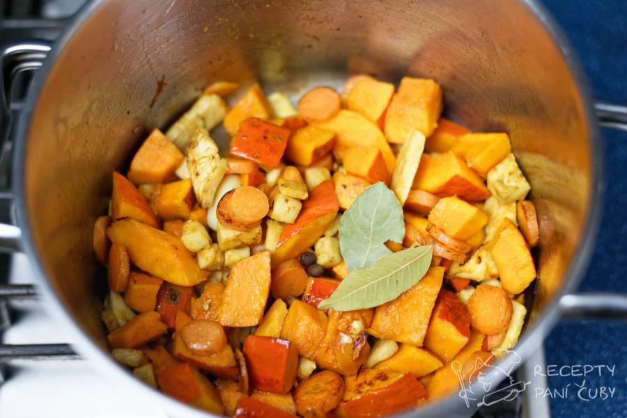 Dýňová polévka s kokosovým mlékem - vhoďme zeleninu do hrnce a smažme