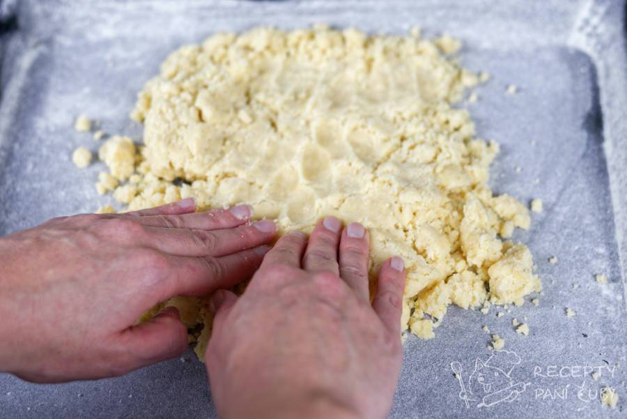 Hraběnčiny řezy - 2/3 těsta namačkáme do pekáčku