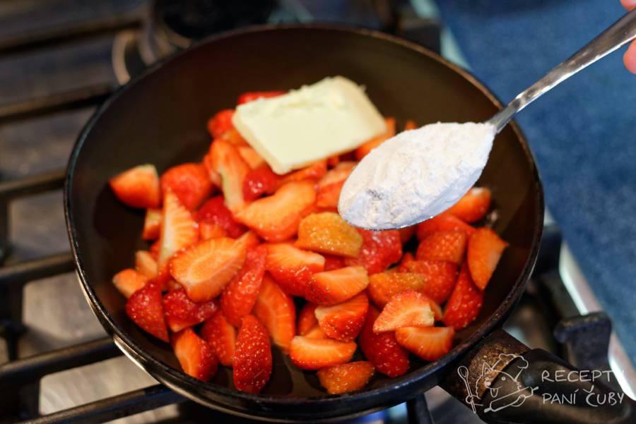 Tvarohové noky - jahody ohřejeme společně s máslem a moučkovým cukrem