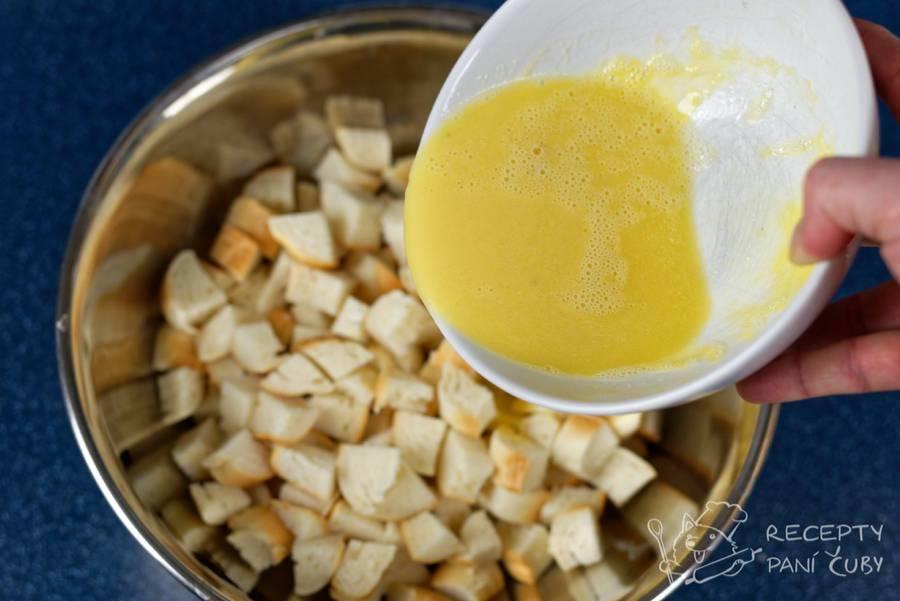 Velikonoční nádivka - housky namočíme do vajíčka,vývaru a másla
