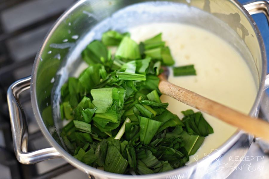 Zapečené těstoviny s medvědím česnekem - do bešamelu přidáme čerstvý medvědí česnek