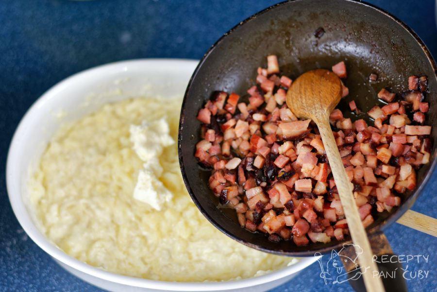 Halušky s bryndzou a slaninou - do uvařených halušek přidáme bryndzu a slaninu