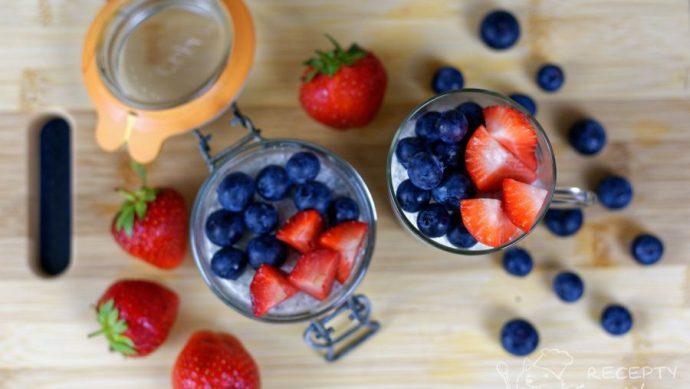 Chia pudink - překrásnost česrvého ovoce a skvělého chia pudinku