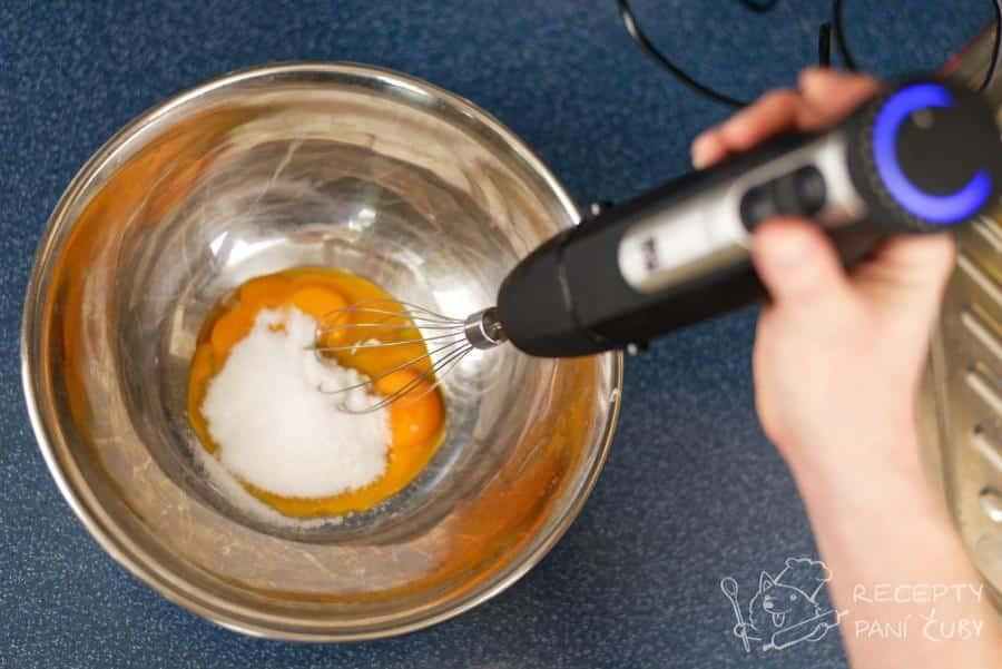 Pravé italské tiramisu - žloutky pečlivě promícháme s cukrem