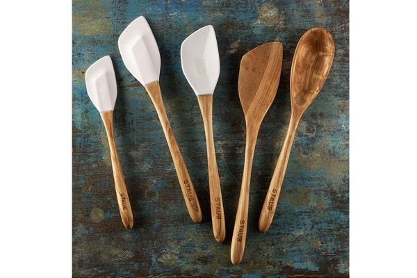 Dřevěná rukojeť je vyráběna ručně z olivového dřeva, které je velmi odolné proti poškození.