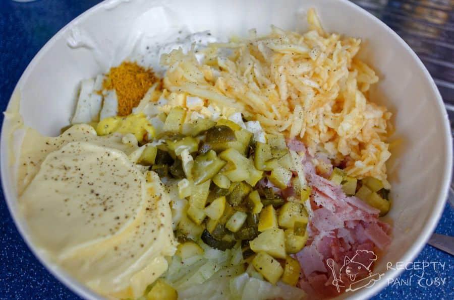Bramborový salát s kari - a teď už jen spojit majonézou, jogurtem a hořčicí