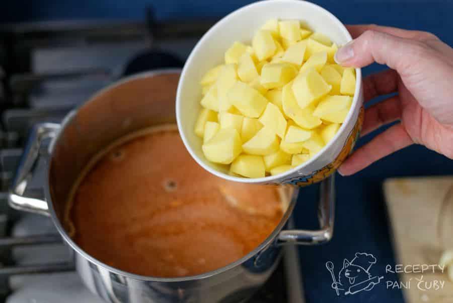Frankfurtská polévka - přidáme pokrájené brambory