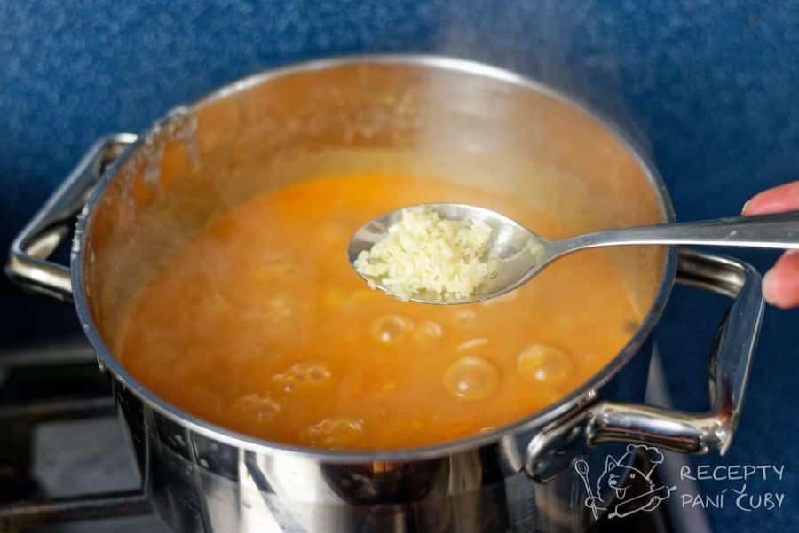 Frankfurtská polévka - brambory jsou měkké, přidáme česnek