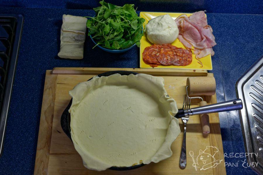 Slaný koláč s bryndzou - část rozváleného listového těsta vložte do formy či pánve