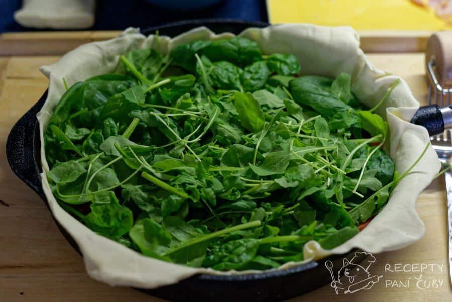 Slaný koláč s bryndzou - troška toho zeleho - zde kombinace rukola a špenát
