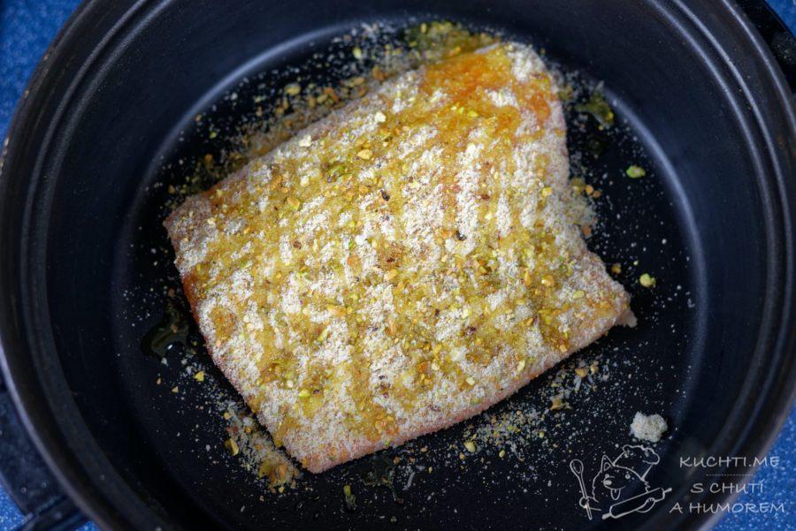 Pečený losos v troubě s krustou - vložíme do zapékací misky nebo remosky a pokapeme olivovým olejem