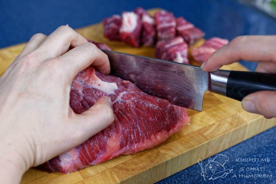 Hovězí guláš s povidly - na kostky nakrájíme hovězí maso
