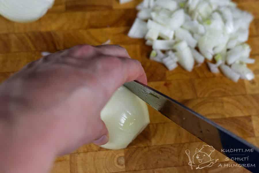 Hovězí guláš s povidly - pokrájíme i cibuli