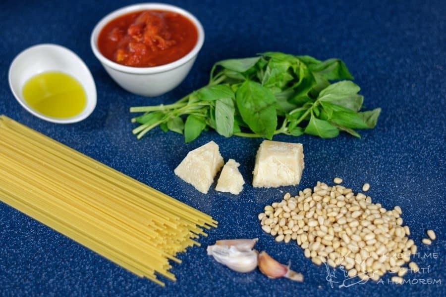 Těstoviny s rajčatovou omáčkou a bazalkovým pestem - krásně barevná záležitost to je