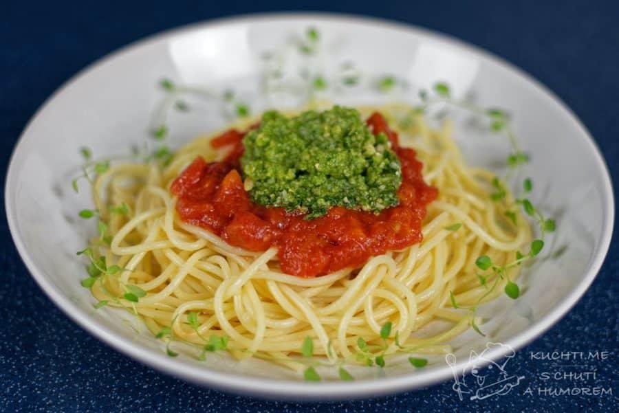 Hlavní fotka k receptu Těstoviny s rajčatovou omáčkou a bazalkovým pestem
