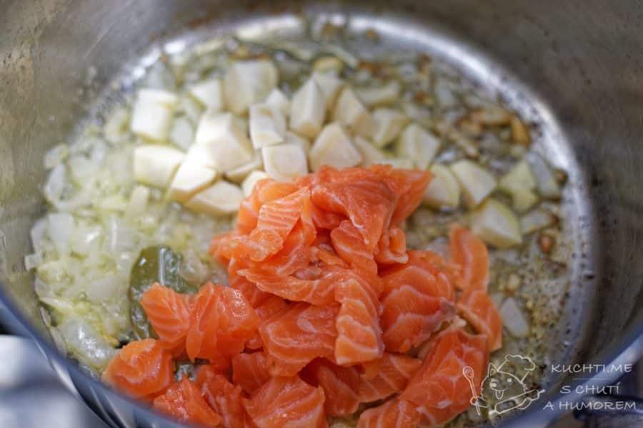 Krémová lososová polévka - na másle necháme přidáme i lososa
