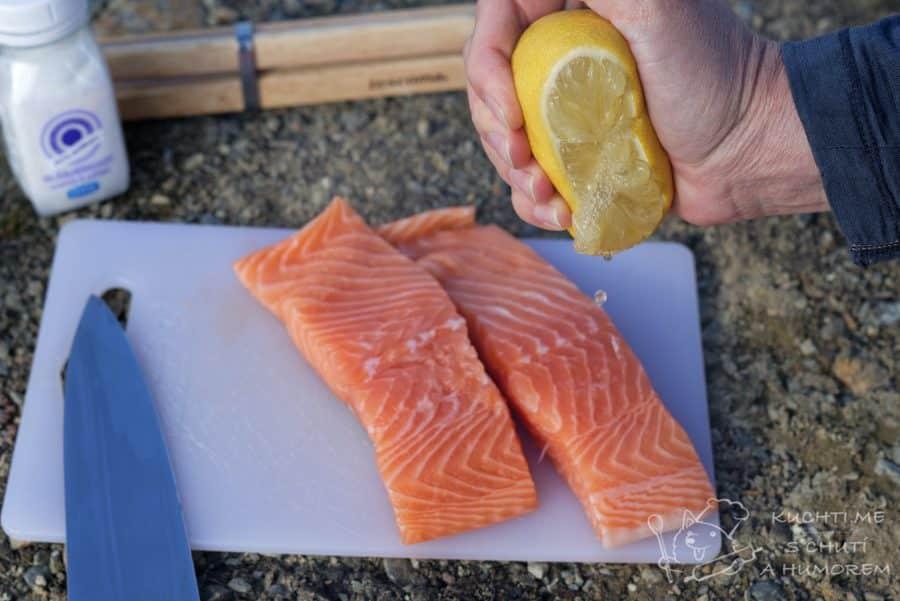 Losos na grilu - lososa pokapeme citronem