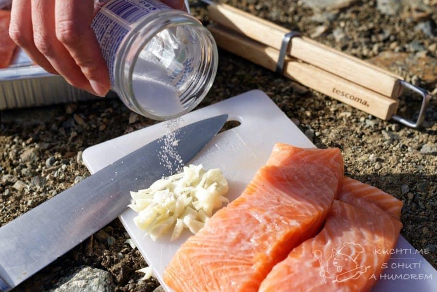 Losos na grilu - do nasekaného česneku vsypeme sůl a utřeme česnek úplně na jemno