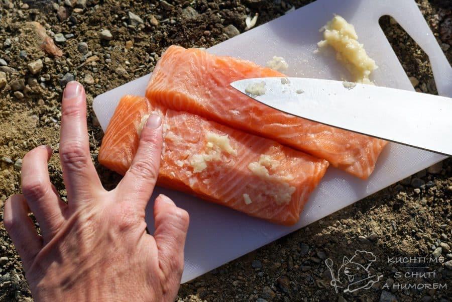 Losos na grilu - vetřeme česnek do rybky