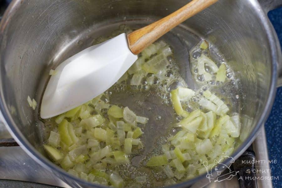 Krémová květáková polévka - opražíme si cibulku