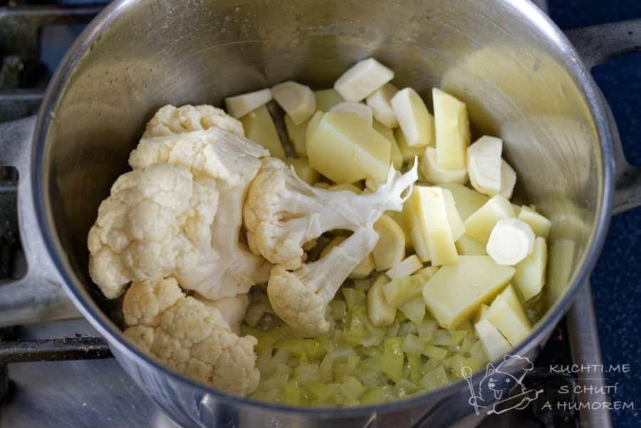 Krémová květáková polévka - přidáme květák a zalejeme ho vodou