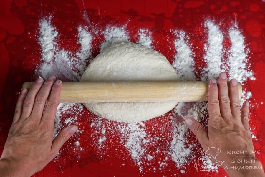 Jednoduchý pita chléb - válíme (se)