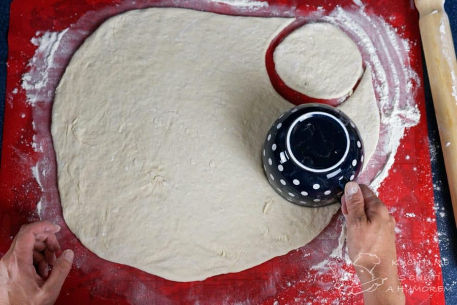 Jednoduchý pita chléb - vykrajujeme vhodným nástrojem