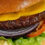 Klasický hovězí hamburger s čedarem