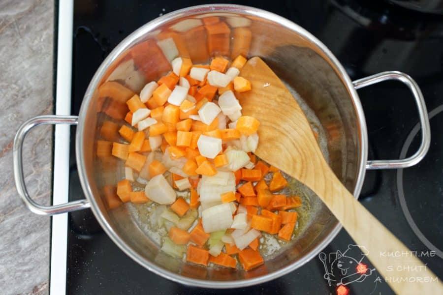Mrkvová polévka - zeleninu si orestujeme