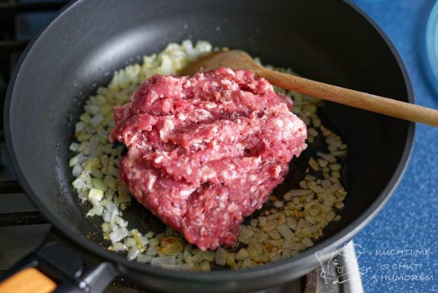 Gulášová polévka z mletého masa - maso osmahmeme