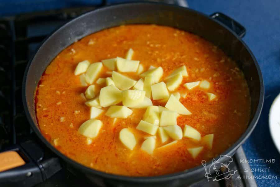 Gulášová polévka z mletého masa - když je maso měkké, přidáme brambory