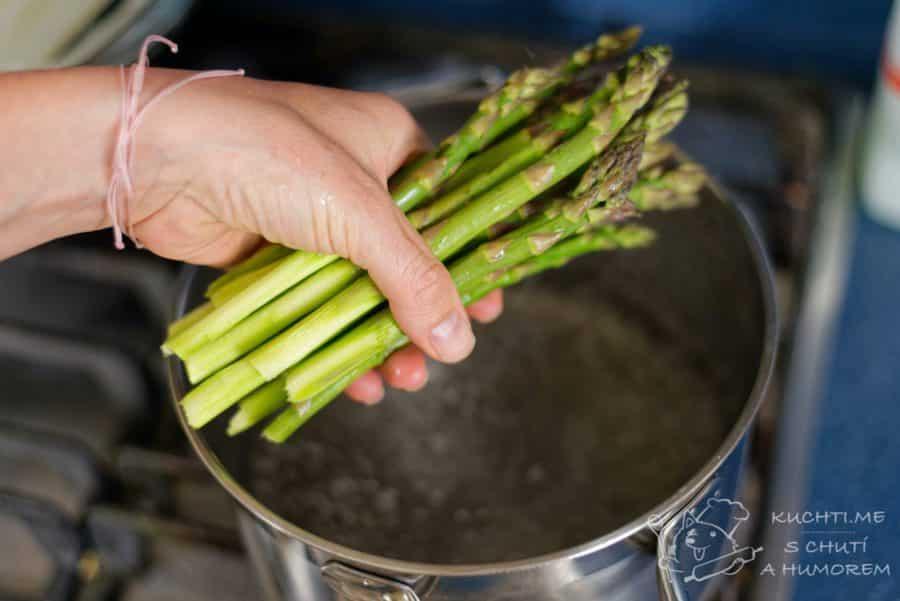 Salát se zeleným chřestem - vaříme v osolené vodě