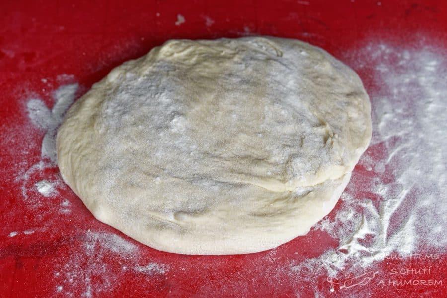 Domácí toustový chleba - po hodině a půl jdeme válet
