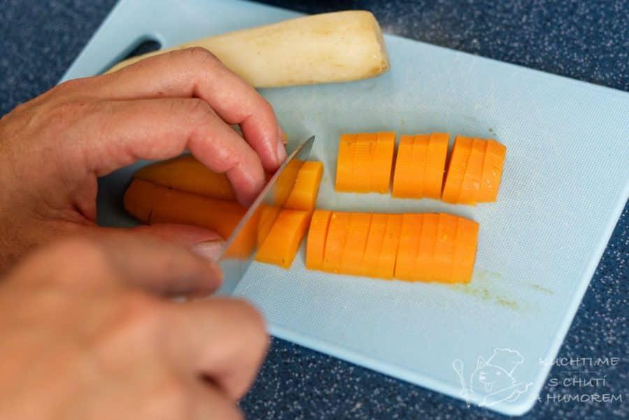 Hovězí vývar - uvařenou zeleninu nakrájíme a vrátíme do přecezeného vývaru