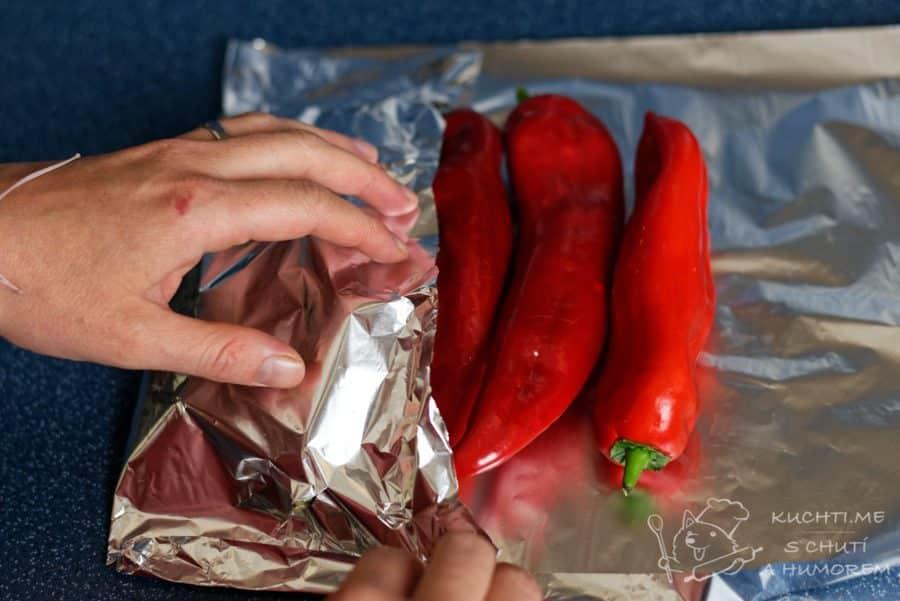 Pomazánka z pečených červených paprik - papriky zabalíme do alobalu