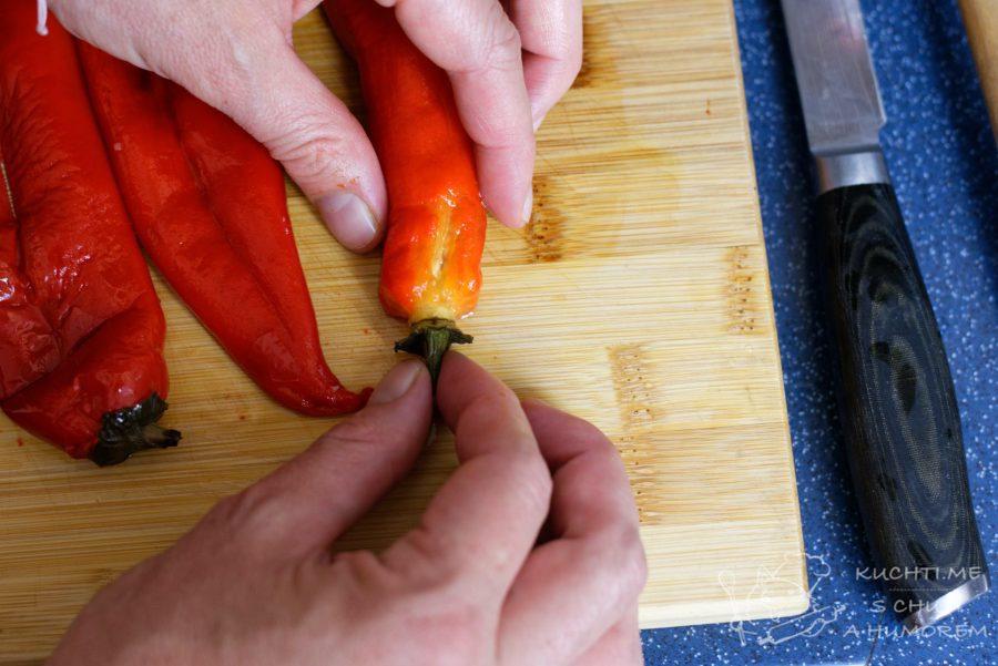 Pomazánka z pečených červených paprik - zatažením za stopku vytáhneme i vnitřek papriky