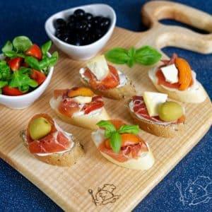 Výborné španělské tapas s jamonem a meruňkou