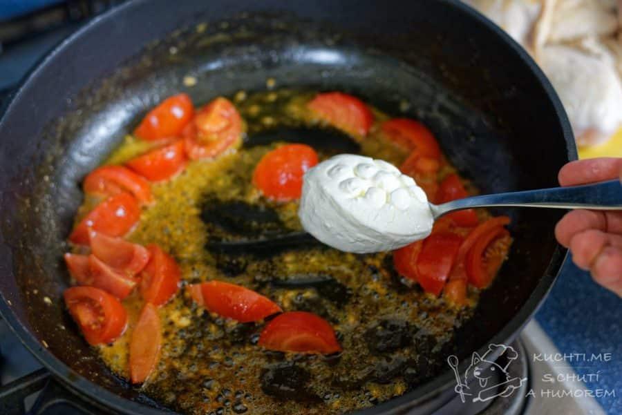 Kuřecí prsa v bazalkovo-rajčatové omáčce - přidáme kysanou smetanu