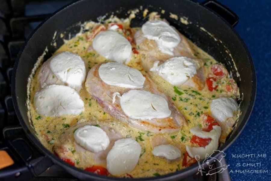 Kuřecí prsa v bazalkovo-rajčatové omáčce - poklademe mozzarellou