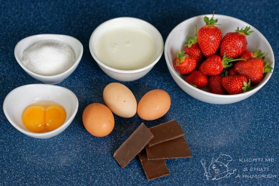 Semifreddo s čokoládou a jahodami - do pěny vyšleháme žloutky s cukrem