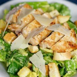 Klasický caesar salát