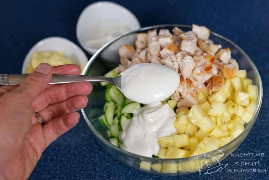 Salát s kuřecím masem, ananasem a okurkou - vše nakrájíme na kostičky a přídáme majolku a jogurt