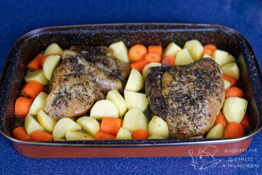 Křehká vepřová pečeně v mrkvi a bramborách - přidáme na kostky brambory, mrkev a podlijeme vodou