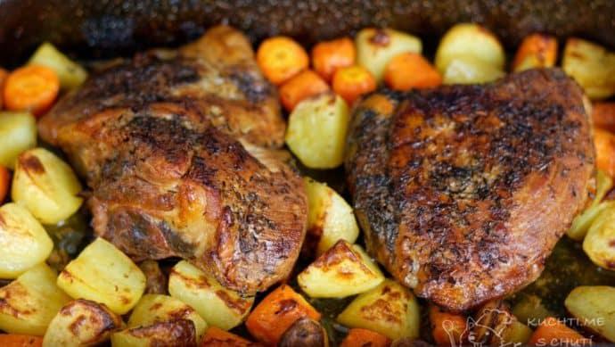 Křehká vepřová pečeně v mrkvi a bramborách - je vymalováno