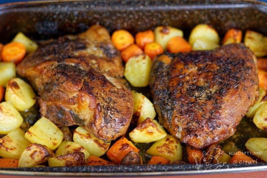 Hlavní fotka k receptu Křehká vepřová pečeně v mrkvi a bramborách